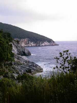 Η κατάληξη του Κερασορέματος στο Αιγαίο. Στο βάθος φαίνεται το ακρωτήριο Καλαμάκι.